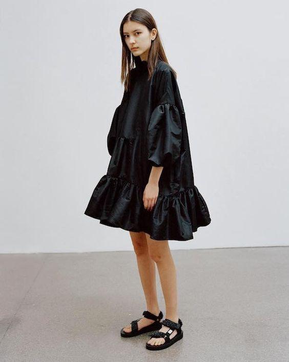 outfit elegante vestito satinato con ugly sandals trend